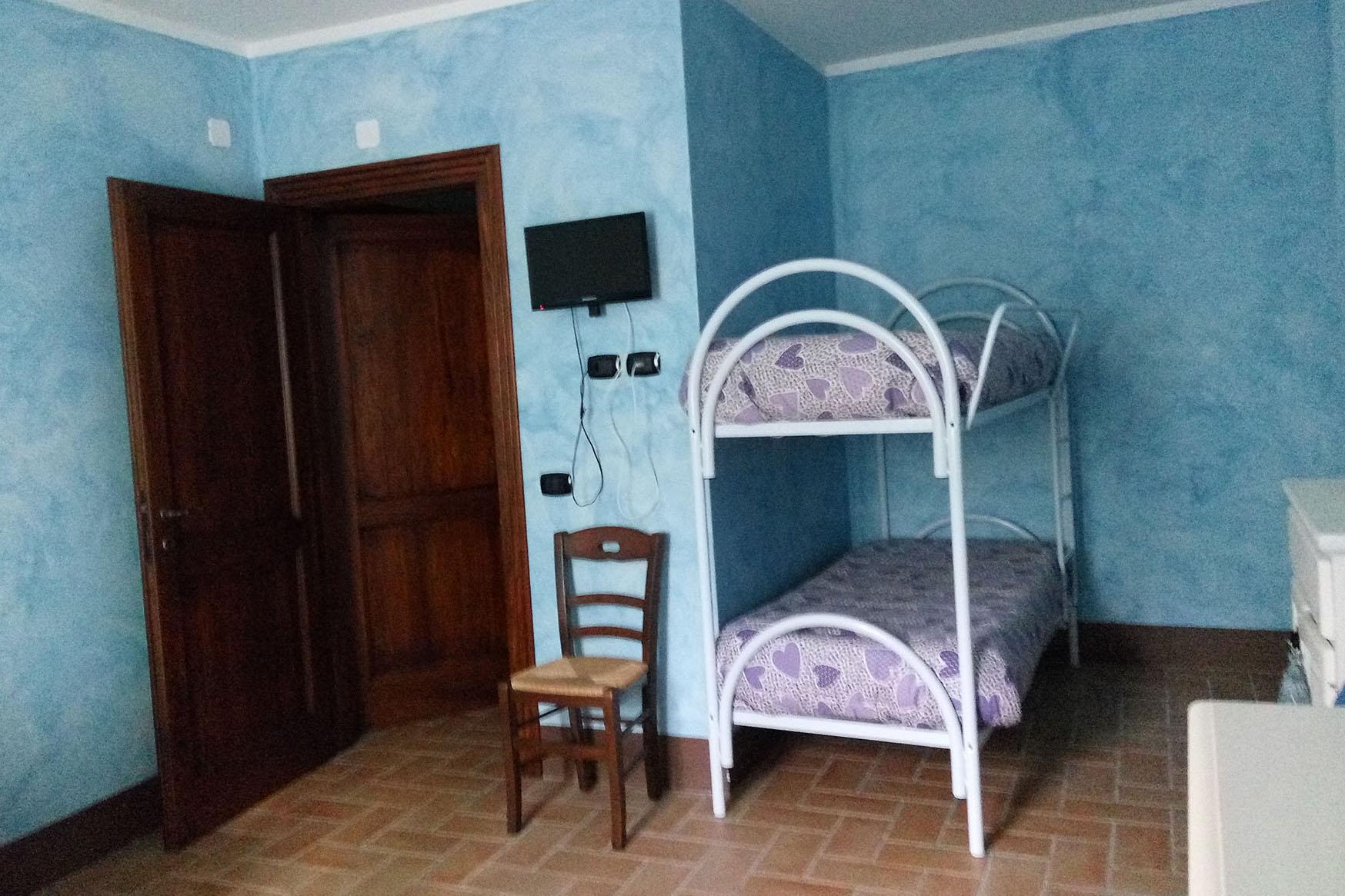 mini appartamento blu cucina letti