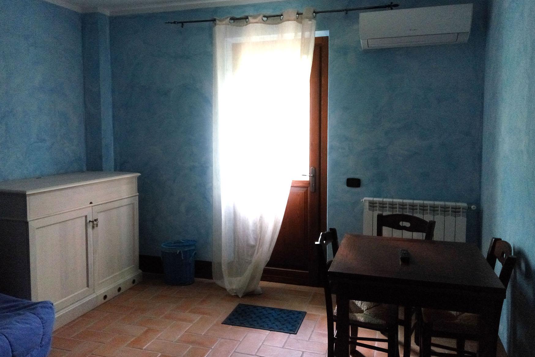 mini appartamento blu cucina