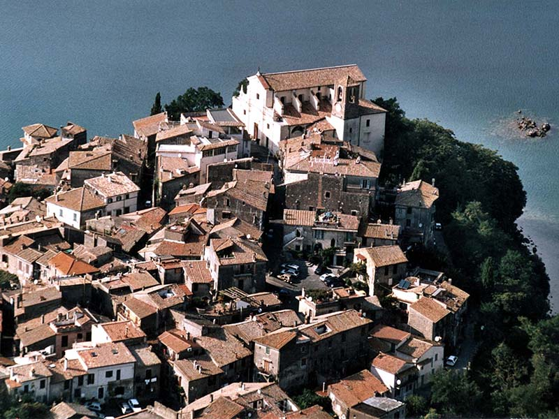 veduta aerea del centro storico di Anguillara Sabazia